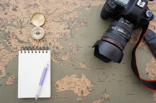 Composição decorativa com caderno em branco e artigos de viagem