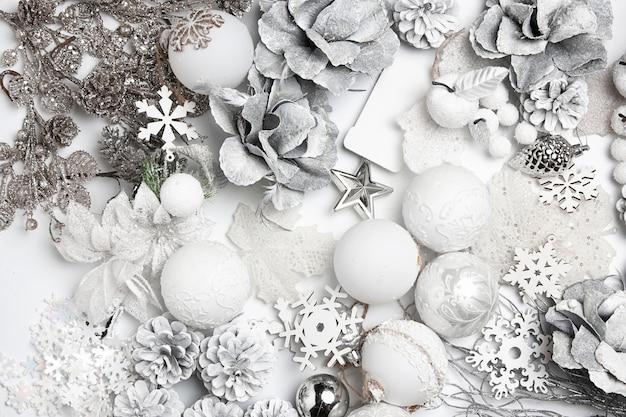 Composição decorativa de natal de brinquedos em um fundo de mesa branca.