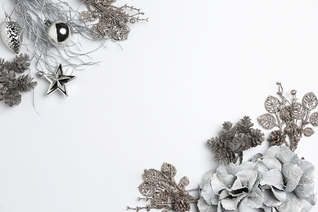 Composição decorativa de natal de brinquedos em um surrealismo de fundo branco. vista do topo. postura plana