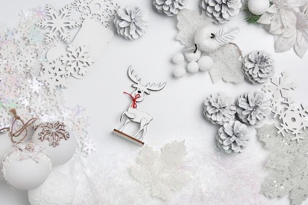 Composição decorativa de natal de brinquedos em um surrealismo de parede branca. vista do topo