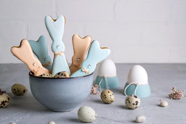 Composição decorativa de páscoa primavera com biscoitos caseiros de páscoa em forma de um coelho engraçado, ovos de codorna ... decorações de celebração do feriado.