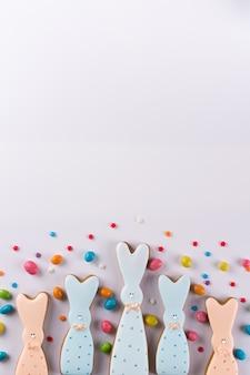 Composição decorativa de primavera páscoa. biscoitos em forma de coelho engraçado e granulado colorido