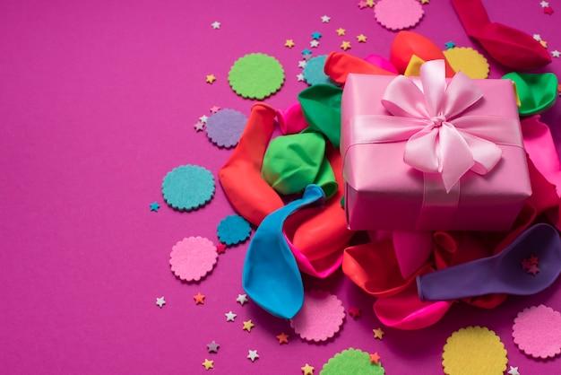 Composição decorativa um conjunto de materiais para o design do feriado.