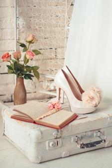 Composição delicada de vestidos de noiva e acessórios
