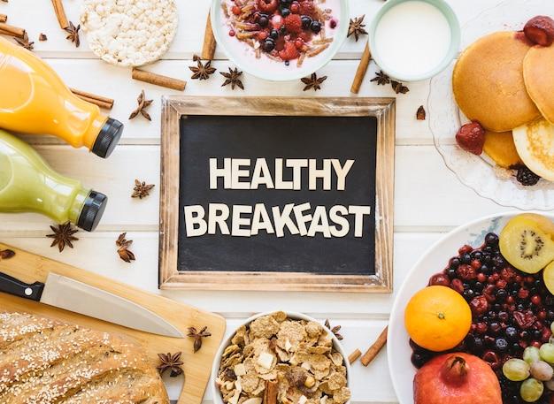 Composição deliciosa do café da manhã com ardósia