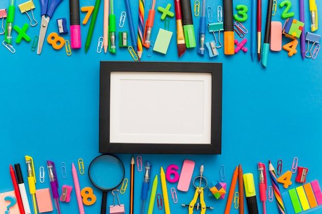 Composição divertida com materiais escolares e moldura preta