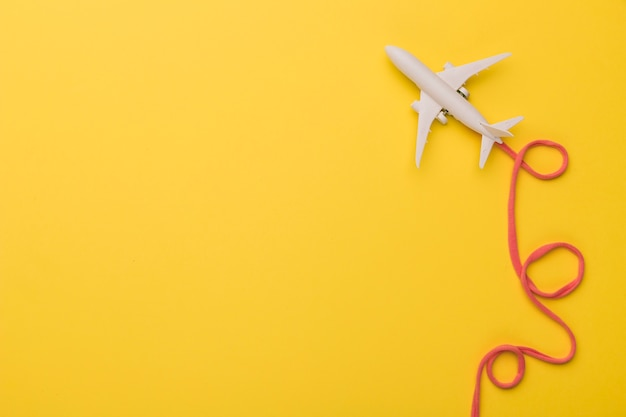 Composição do avião de brinquedo com companhia aérea rosa