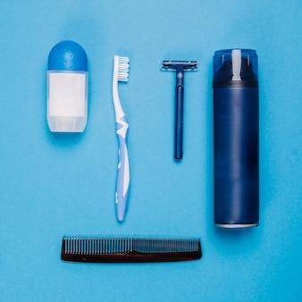 Composição do banheiro com pente e desodorante
