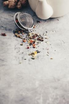 Composição do chá com coador de chá com chá de ervas saudável, gengibre e bule de chá