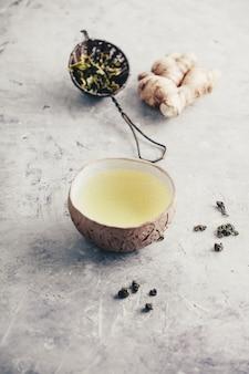 Composição do chá com velhas xícaras chinesas de chá verde e bule de chá branco