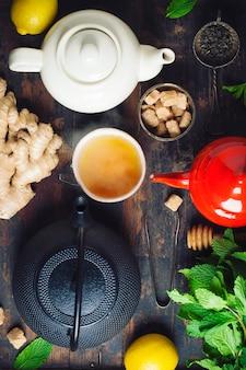 Composição do chá na mesa de madeira, close-up