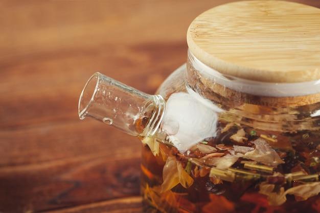 Composição do chá na mesa de madeira