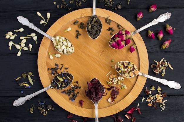 Composição do chá vários tipos de chá em colheres Foto Premium