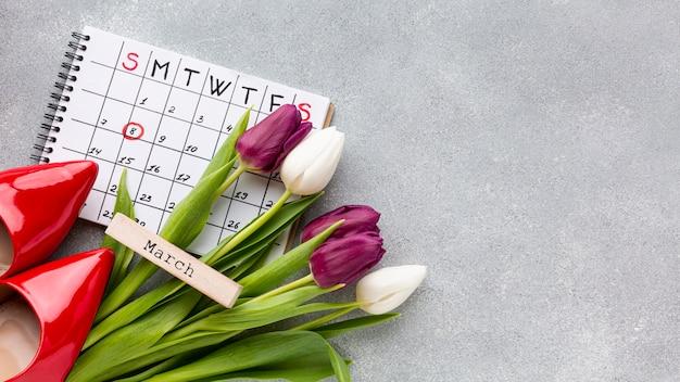 Composição do conceito do dia da mulher vista superior com calendário