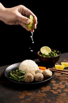 Composição do delicioso bakso indonésio