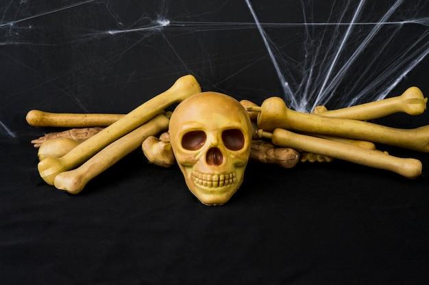 Composição do dia das bruxas com crânio e ossos