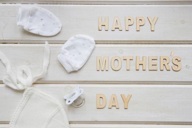 Composição do dia das mães com cartas e roupas