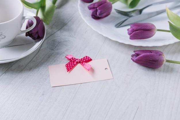 Composição do dia das mães com rosas e cartão roxos