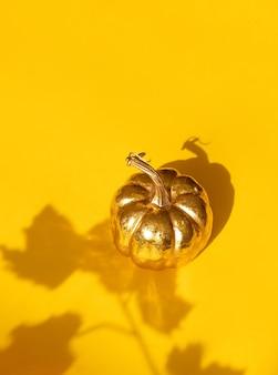 Composição do dia de ação de graças outono outono com abóbora dourada decorativa e sombra de folha de bordo