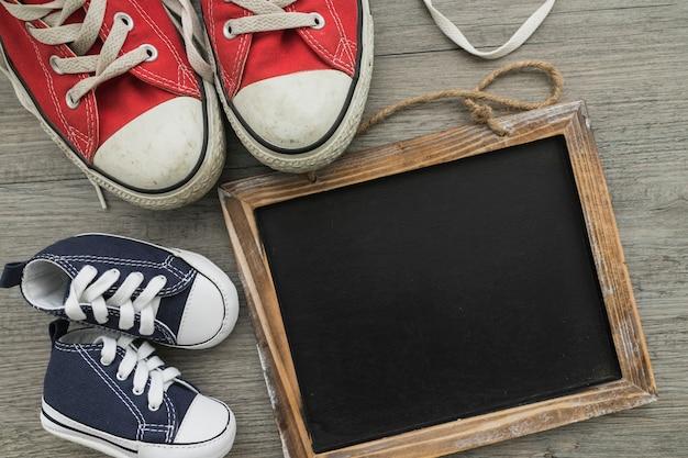 Composição do dia do pai com sapatos coloridos e quadro-negro