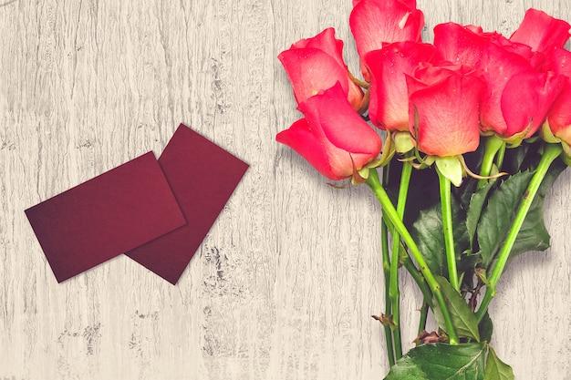 Composição do dia dos namorados com flores rosas e cartões