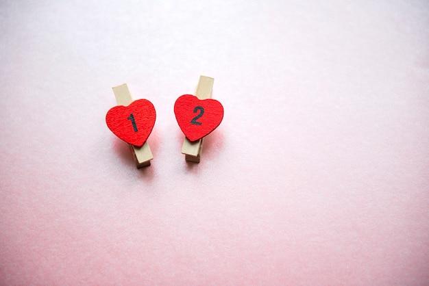 Composição do dia dos namorados com lareiras vermelhas, números um e dois isolados em um fundo de amor de cor rosa