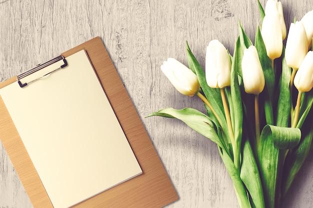 Composição do dia dos namorados com prancheta e flores