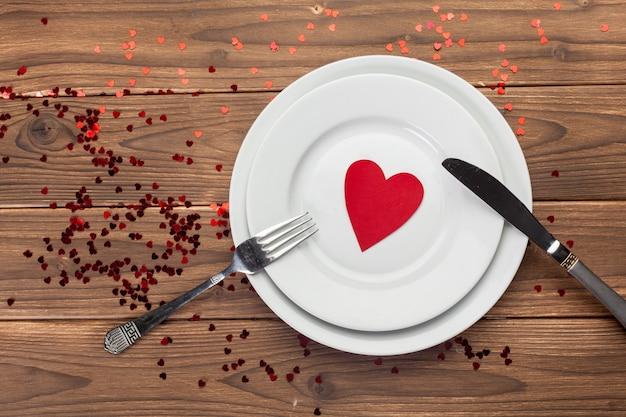 Composição do dia dos namorados na mesa de madeira