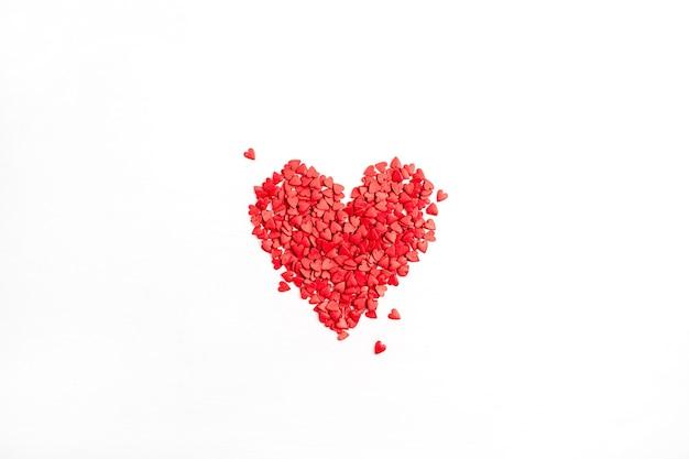 Composição do dia dos namorados. símbolo do coração vermelho sobre fundo branco. camada plana, vista superior