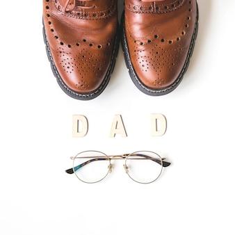 Composição do dia dos pais com sapatos e óculos