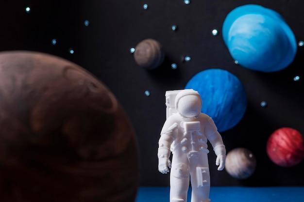 Composição do espaço de natureza morta com astronauta