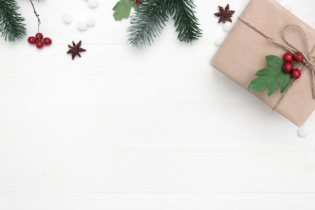 Composição do feriado de natal do presente de natal e decoração em um fundo de madeira branco, espaço da cópia, vista superior.