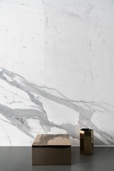 Composição do hexágono de ouro e espelho retangular de mármore branco