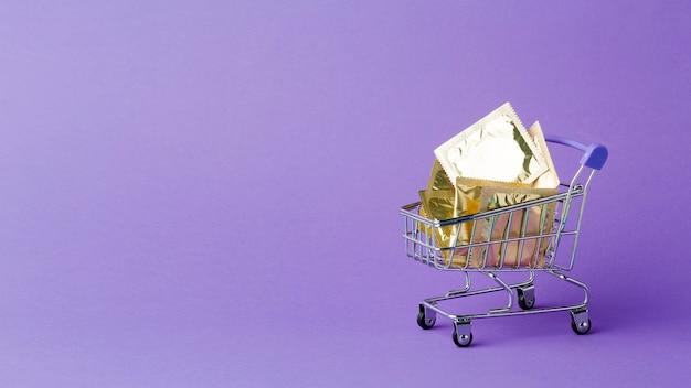 Composição do método de contracepção com minúsculo carrinho de compras e espaço para cópia