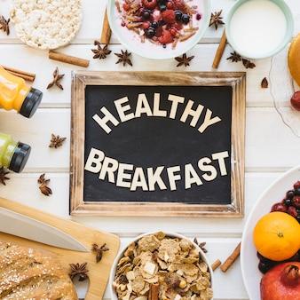 Composição do pequeno almoço com decoração em ardósia
