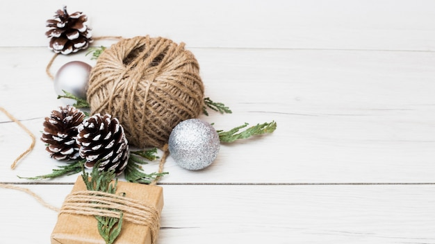 Composição do presente de natal com decorações