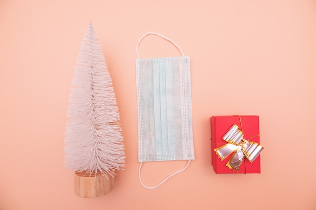 Composição do quadro de natal ou ano novo. decorações de natal de ouro em fundo rosa