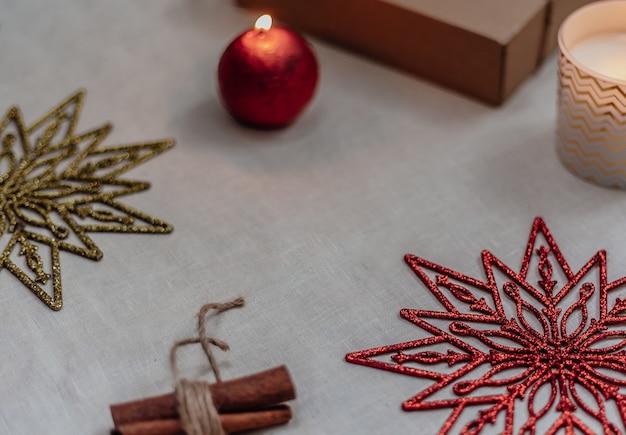 Composição do quadro de natal ou ano novo. decorações de natal nas cores ouro e vermelhas, com espaço de cópia para o texto. conceito de férias e celebração para cartão postal ou convite.