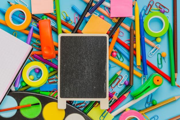 Composição do quadro-negro e material escolar