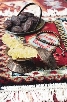 Composição do ramadã com doces e tâmaras secas