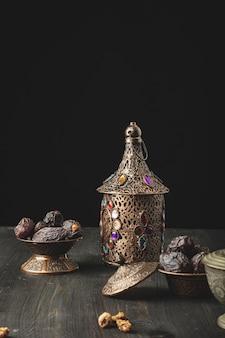 Composição do ramadã com lanterna e prato de tâmaras secas