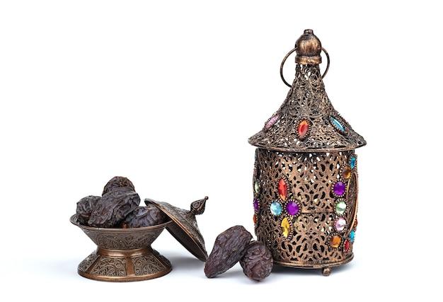 Composição do ramadã com prato de tâmaras e lanterna