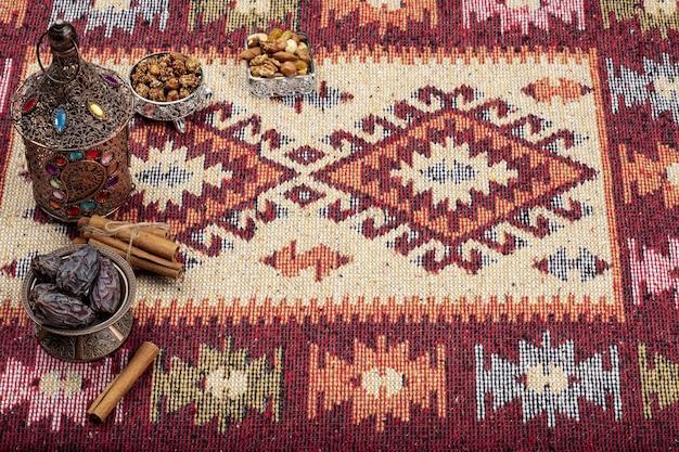 Composição do ramadã com tâmaras secas e xícara de chá