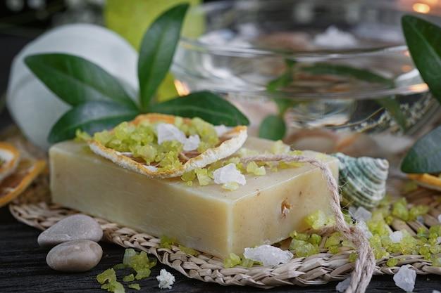 Composição do tratamento de spa com sal verde e sabonete na superfície de madeira