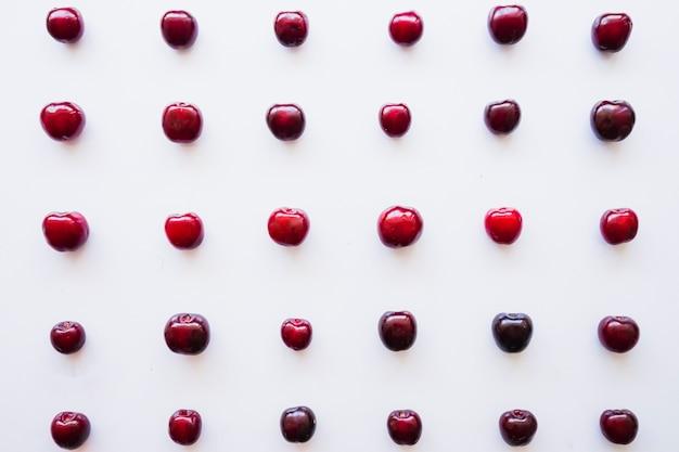 Composição do verão com cerejas deliciosas