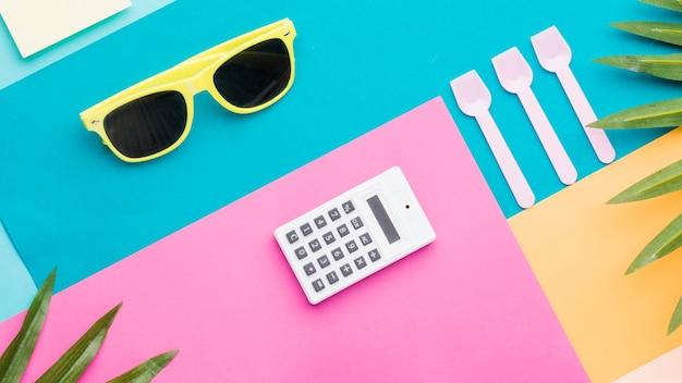Composição do verão e coisas de escritório na superfície multicolorida