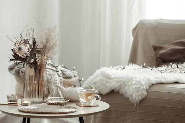 Composição doméstica com detalhes aconchegantes de decoração em estilo escandinavo moderno.