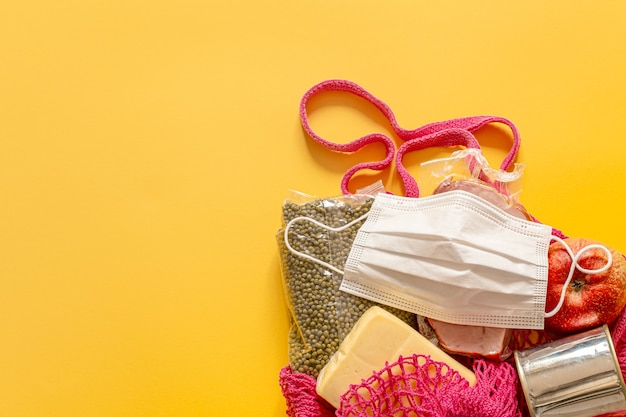 Composição dos alimentos em um saco de barbante close-up. doações de alimentos ou o conceito de entrega de alimentos durante a quarentena.