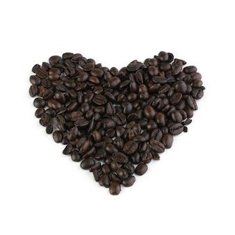 Composição dos grãos de café em forma de coração isolada no branco