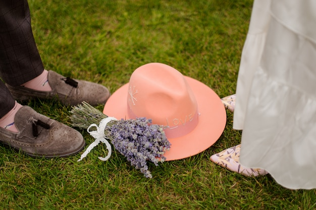 Composição dos noivos e pernas da noiva, chapéu e buquê de lavanda
